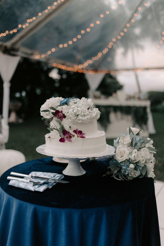 Gorgeous wedding cake setup at Kualoa Ranch Paliku Gardens. Photography by Hawaii fine art wedding photographer Desiree Leilani