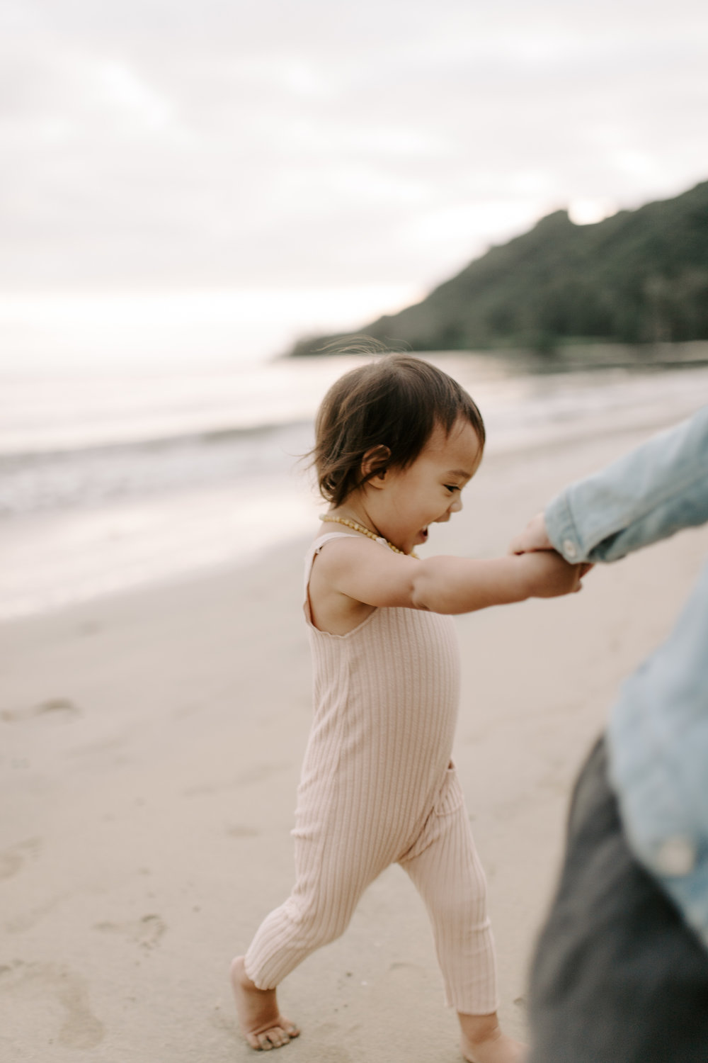 Cute Hawaii Family Pictures by Oahu Family Photographer Desiree Leilani