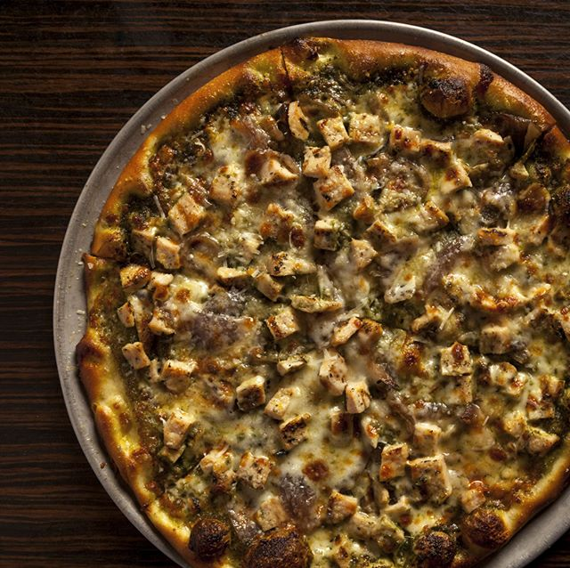 Not a red sauce fan? House made pesto sauce and grilled chicken, roasted garlic, grana padano and mozz - What are you having for lunch? #Pesto #GranaPadano #PizzaLove #GrilledChicken #BestPizza #EvenBetterCrust #BestPizzaInVegas #BrooklynStyle #FridayPizza @PestoLover