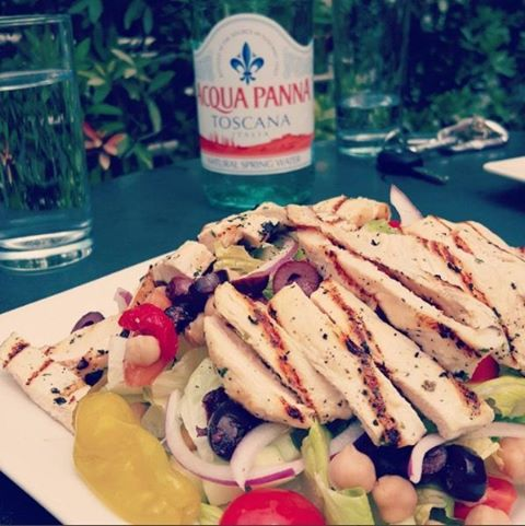 So you're counting calories, but the gang wants pizza...we got you covered. Try our Mediterranean Salad - topped with grilled chicken and hand tossed with feta and house vinaigrette, you won't be disappointed. Photo courtesy of @brianherbertfitness  #SaturdaySalad #MediterraneanSalad #PizzaAndSalad #GrilledChicken #VegasLocals #VegasSalad #VegasEats #VegasFoodie #Salads #Kalamata #Romaine #Handtossed #HealthyEating #CheatDay #VegasPizza #BikiniSeason #CountingCalories