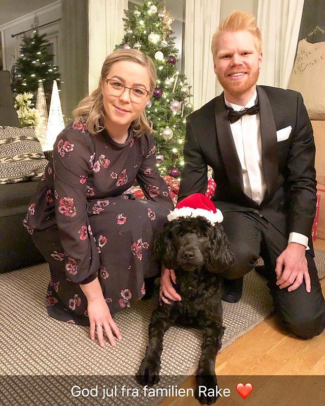 Endelig fikk vi det uoppdragne, bjeffete, alt-etende og arrogante stabeistet av et skittent villdyr til å posere sammen med Ellen og hunden Joni.