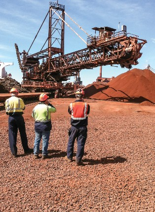 INSPECTION OF THE RAW MATERIALS STOCKYARD WHILE THE STACKER/RECLAIMER IS POSITIONING ITSELF DURING COMMISSIONING