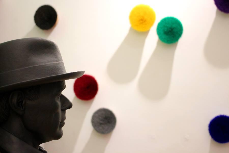 """OTTMAR HÖRL //Büste von """"Joseph Beuys"""" (Kunststoff) und Wandinstallation """"Der springende Punkt"""" (Besenobjekte) //Installationsansicht bei Art von Frei //2016"""