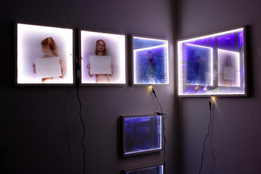 """ANN SCHOMBURG // Fotografie hinter Spiegelglas // Lightboxes // Interactives Objekt// Installationsansicht der Einzelausstellung """"Behind Blue Eyes"""" // Art von Frei // 2015"""