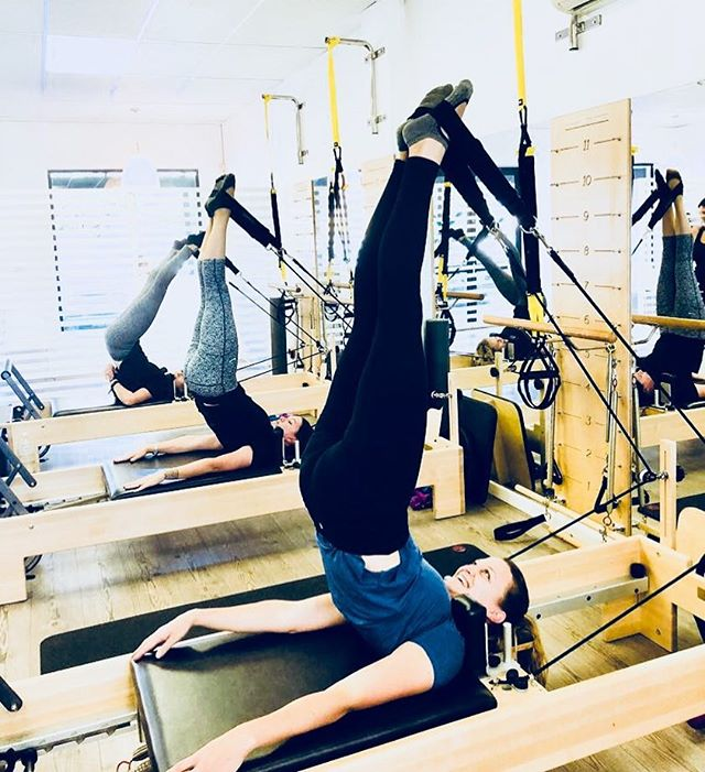 What goes up must come down!! Ahhh the beloved short / long spine massage! That amazing articulation can literally feel like a massage (hence the name). The slower you go the yummier it feels! . . . . . . #flexpilatessa #flexpilates #pilates #reformerpilates #pilatesreformer #shortspine #longspine #yummy #spinalarticulation #doitforyourcore #doitforyou #fitness #motivation