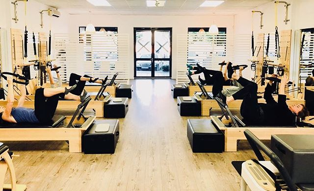Warming up that core, setting everyone up for an awesome, week with a FLEXable spine and strong core...Happy Monday...! ❤️ @nwlennon . . . . . . . . #flexpilatessa #flexpilates #pilates #reformerpilates #pilatesreformer #grouppilates #pilatesteacher #pilatestorture #doitforyourcore #doitforyou #monday #motivation #mondaymotivation #corestrength #strongnotskinny