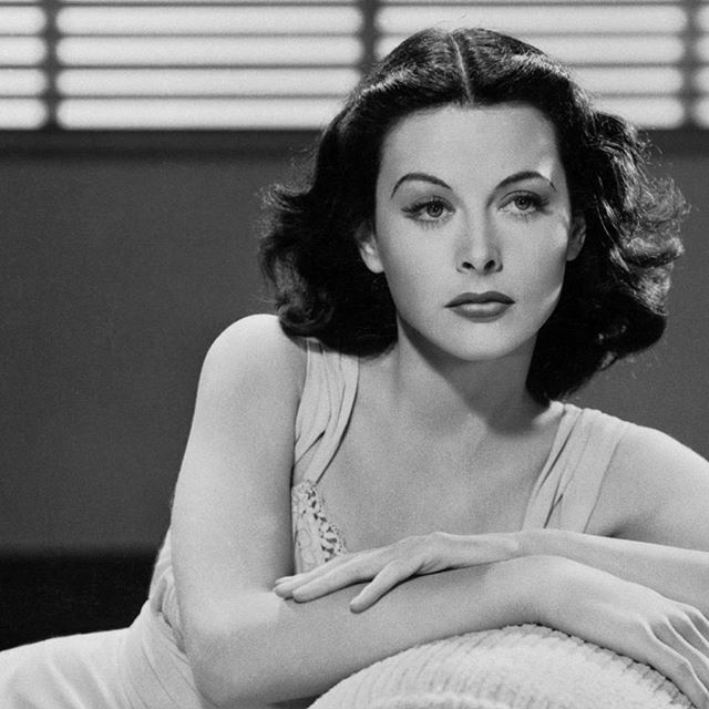 Today is Hedy Lamarr's birthday (would've been 103). Became a movie star, got bored, then got into science. Helped the Allies during WWII, developing spread spectrum/frequency-hopping technology. Her work created basis of modern Wi-Fi & Bluetooth. (1940)  #womenintech #oldschoolcool