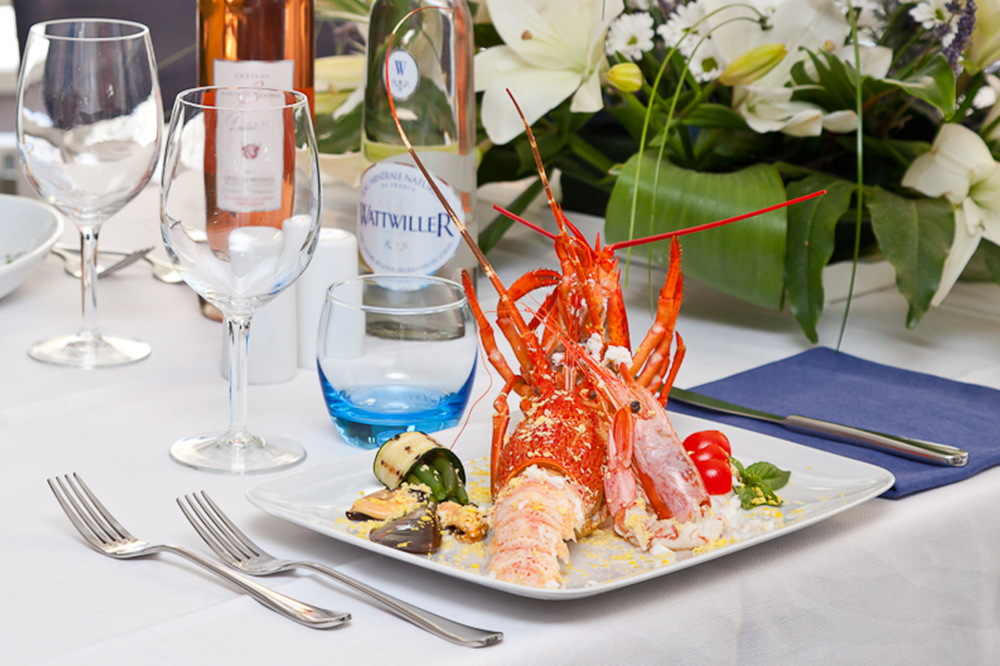 Plat de la mer avec homard, langoustines, et moules au safran