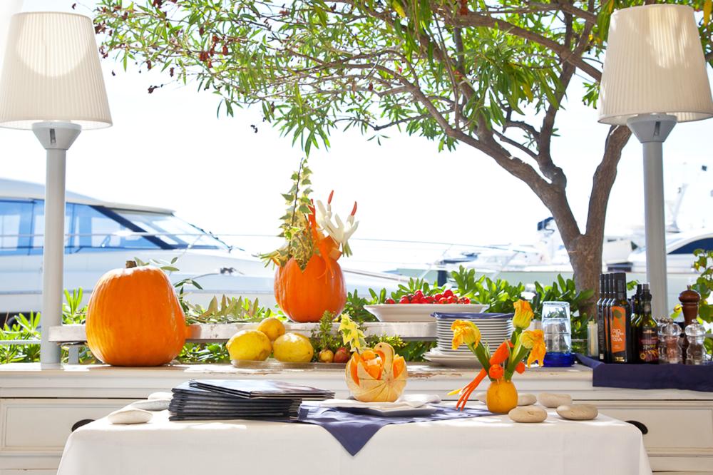Venite a gustare questi piatti saporiti sulla terrazza di Port Garavan, con vista mare