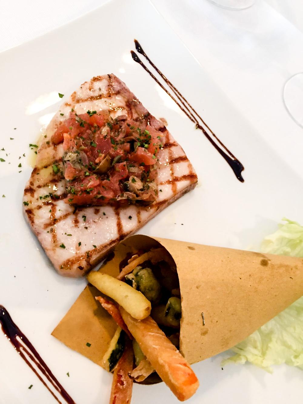Plat de printemps: tranche d'espadon grillée avec sauce méditerranéenne
