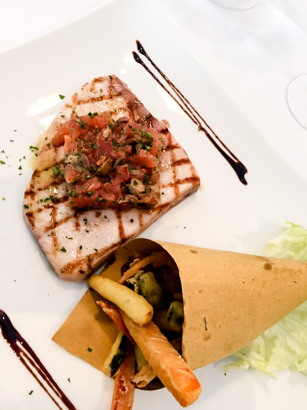 Piatto speciale di primavera: trancio di pesce spada grigliato con salsa mediterranea