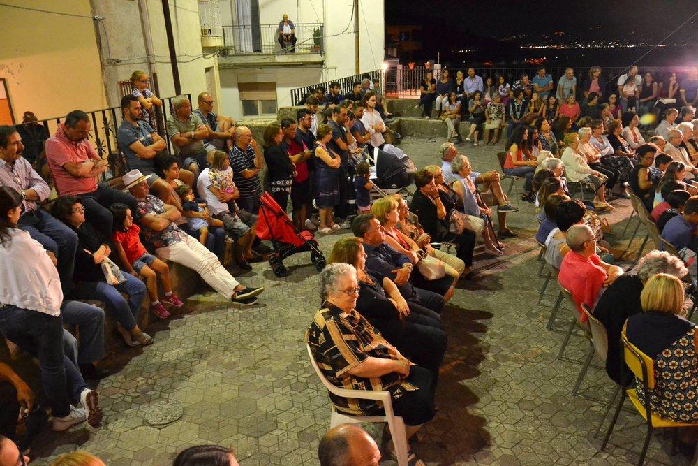 The crowd gathered in the piazza San Nicolò di Bari in Pezzolo