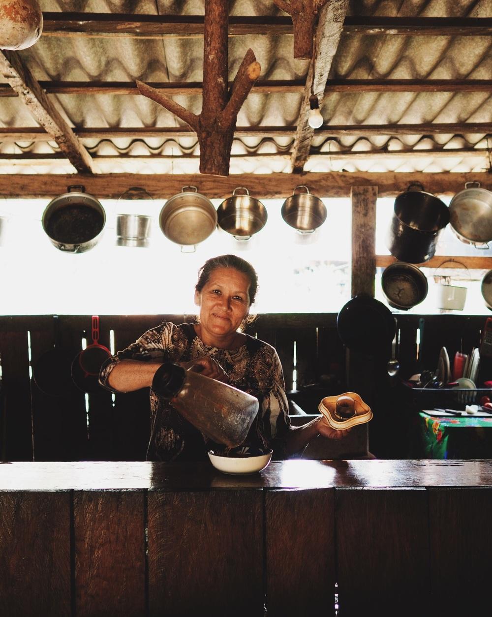 Olga prepara la salsa fresca