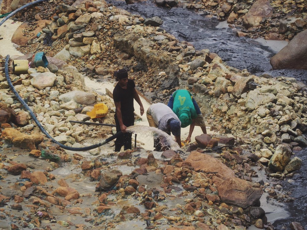 Small mining operation along the Rio Cauca