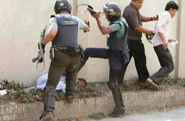 awami-police-stomp-protester-photo-by-protibadi-musafir.jpg