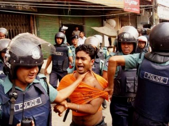 awami-police-arresting-a-man-in-bangladesh-protibadi-musafir1.jpg