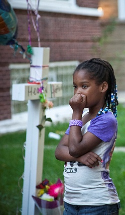 Chicago Child Mourns Gun Violence Victim, Photo by Ashlee Rezin