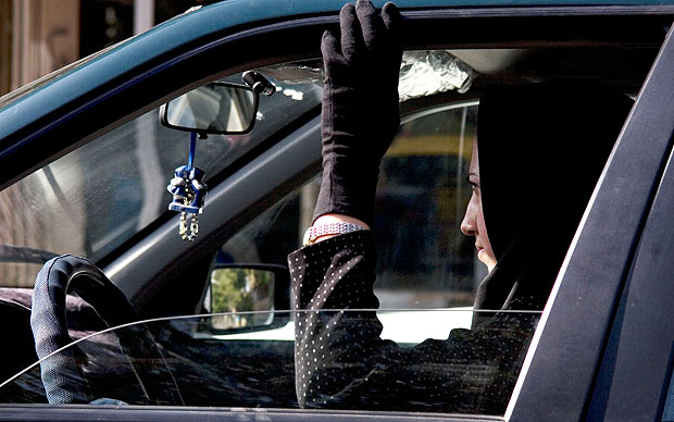 Woman_driving_in_I_2129755a
