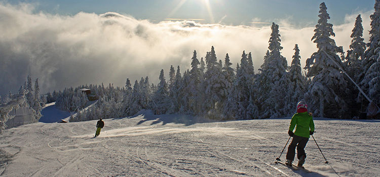 Skiiers-at-Stowe-Mountain-Resort-in-Vermont