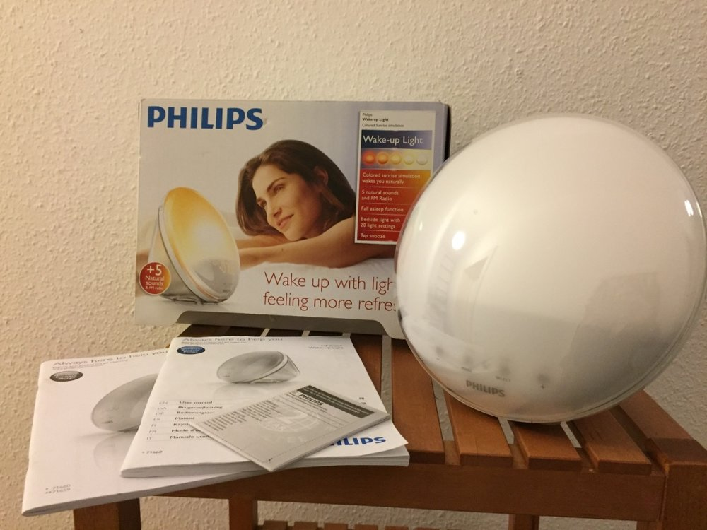 Philips Wake-Up Light with Colored Sunlight Function / Sonnen-aufgangfunktion - Philips Wake-Up Light with Colored Sunlight Function / Sonnenaufgangfunktion. Model HF3520/01. Multiple Alarm clock with Sound Selection, Radio, Gradual color-change light from Red to Bright White. Gently Used with all Original Packaging. Retail €159.99 Asking €50.