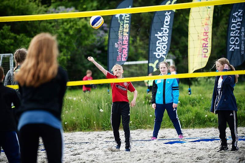 Mange foreninger havde en rolle på forårsfestivalerne, og de præsenterede eleverne for alt fra bueskydning og bowling over BMX og linedance til svømning og atletik. Eller som her på billedet fra forårsfestivalen i Odense for beachvolley.