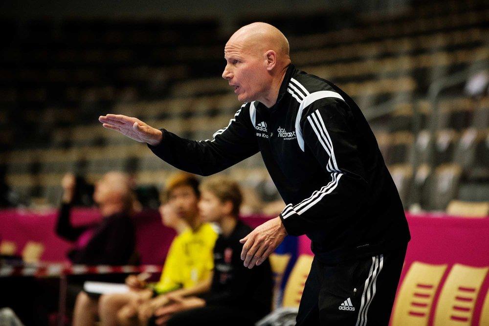 En engageret ildsjæl i aktion. Lars Krogh er både træner for skolehåndboldholdet fra Nordstjerneskolen i Helsinge og formand for Dansk Skoleidræts Kreds Nordsjælland.
