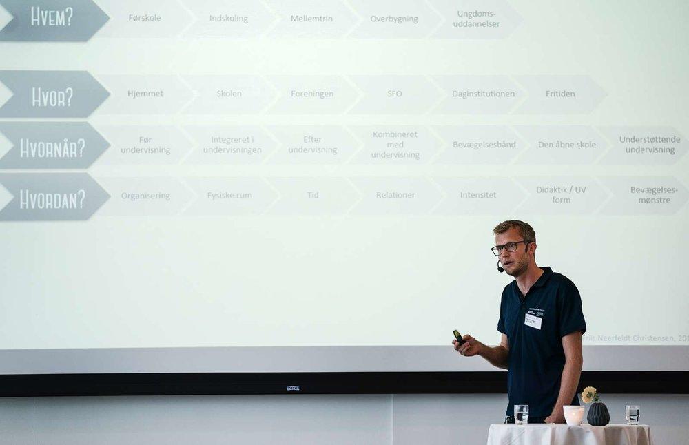 Dansk Skoleidræts Bjørn Friis Neerfeldt ved et af sine konferenceoplæg i 2017.