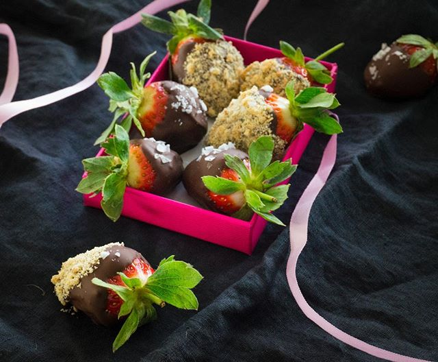 Things taste better when they are made with #Love. Show how much you care this #ValentinesDay with little easy Salted Chocolate-Covered Strawberries recipe! ❤️🍓🍫 Recipe in Bio 😍 . . . #Dessert #Datenight #gift #valentine #foodporn #delicious #yummy #strawberries🍓 #chocolate #valentinesgift