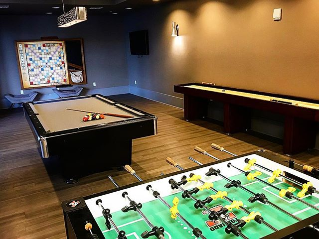 Whether it be a man cave night, wine night with your girls, or just a little friendly competition, you can find entertainment in the Sky Eleven game room! 🎱 • Any building you live in with Park East you can still enjoy the amenities at Sky Eleven! Call us to set up a tour to see it yourself 😍