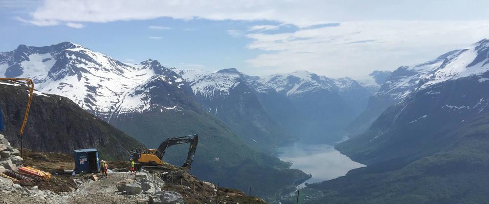 Og med denne utsikta mot Skåla og Lodalen seier vi god helg!