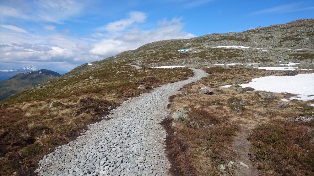Melkevoll Maskin har starta på arbeidet med grussti mot Skredfjellet.