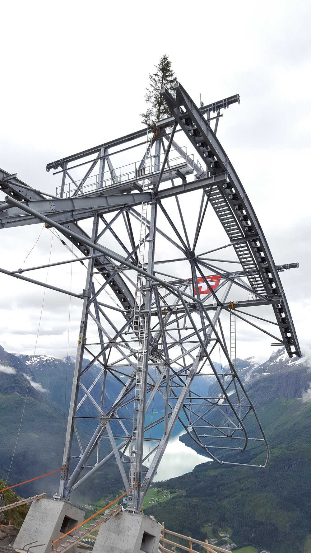 Grana og flagget markerer ferdigstilling av toppmasta på Hoven (1011 m.o.h.)