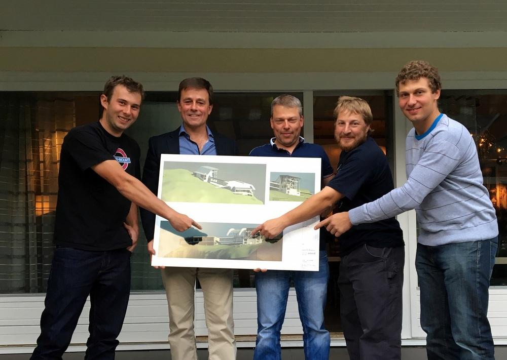 Ein nøgd gjeng frå Garaventa sitt Sweitzerteam saman med dagleg leiar i Hoven Loen. Frå venstre:Lucas, Richard, Daniel, Lucas og Jonas.