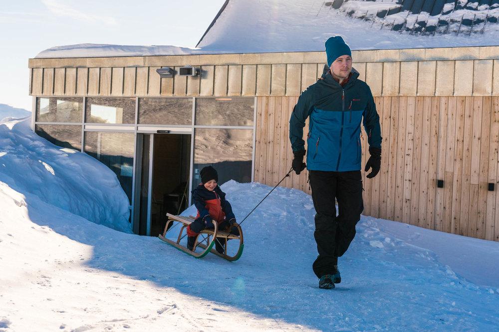 På veg til aking på Hoven. Foto: Bård Basberg/Loen Skylift