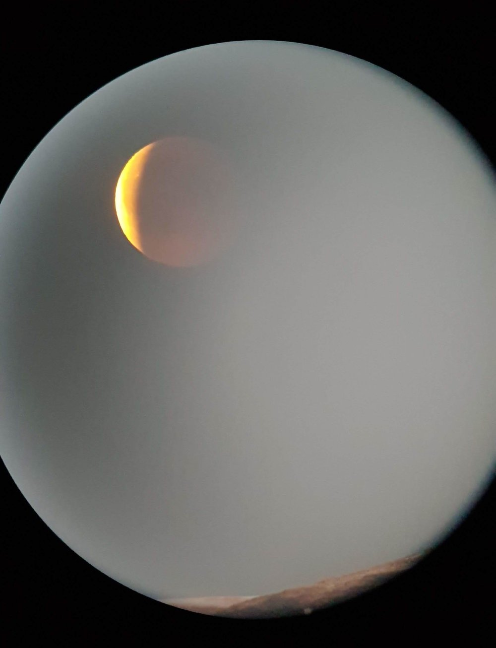 Månen dukkar opp frå disen rett over Kjenndalskruna.