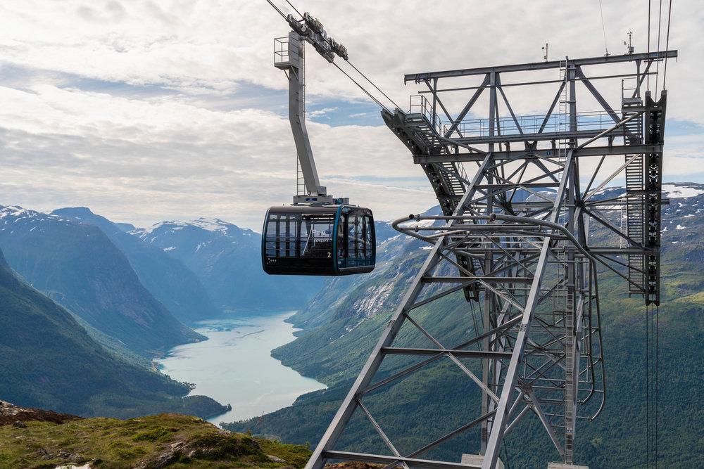LOEN SKYLIFT   Loen Skylift er ei av dei brattaste banene i verda, og tek deg frå fjorden til fjellet raskt og komfortabelt.