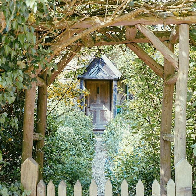 Cotswolds.02 . . . . . . . . . #cotswolds #england #upperslaughter #uk #countryside #cambraysfarmhouse #cottage #cotswoldcottage #travel #garden #spring #summer #inbloom #englishgarden #landscapephotography #landscape #naturallyframed