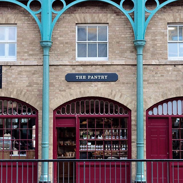 London.02 . . . . . . . . . #london #england #uk #unitedkingdom #coventgarden #thepantry #colorfulcolumns #signage #typography #turquoise #symmetry #travel #shop #windowshopping #accidentallywesanderson @accidentallywesanderson