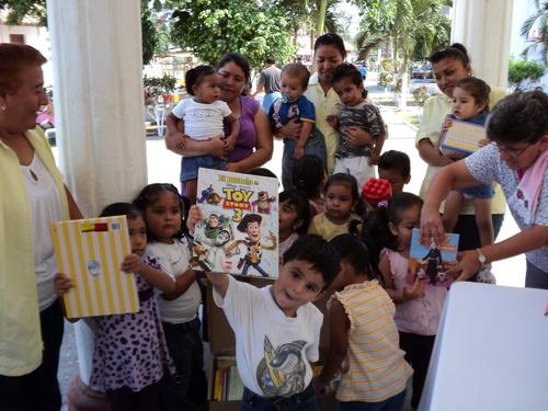 Abril 2011. Día del niño en La Antigua, regalando libros