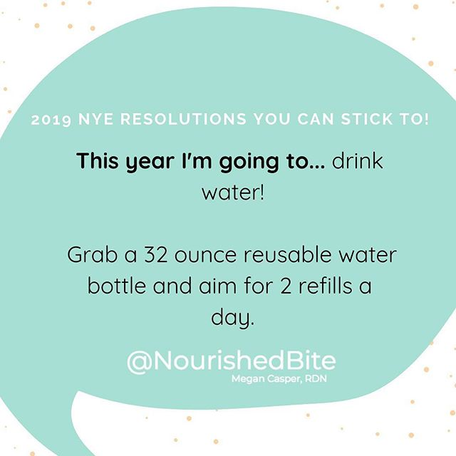 Drinking more water is an easy resolution that has a whole host of amazing benefits. 💧 . . Drinking just two glasses of water can increase metabolism and reduce the number of calories eaten when consumed before a meal. . .  Staying hydrated is also great for your skin, and prevents constipation and muscle cramps. . . Even being mildly dehydrated can impact your mood 🙇‍♀️and zap your energy. 😴The list of benefits goes on and on, so why not pick up a BPA-free water bottle and give this goal a go? . Also check out my post on the pros and cons of each type of #reusablewaterbottle on my profile link. (Personally I bring a 32 ounce stainless steel @hydroflask everywhere)