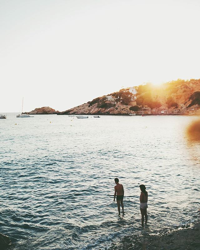 ~ Behind you ~ Dovete  sapere che Ibiza potete trovare baie bellissime, acque turchine, viste mozzafiato, tramonti commoventi, ma non potrete mai trovare una persona  sana di mente. Stanno tutti di fuori. #garageraw #somewhere_travel #somewheremagazine #ignanttravel #ignantpicoftheday #bbctravels