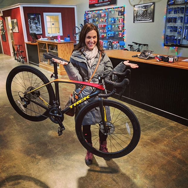 Congrats Cally on your new custom @trekbikes Project One Emonda! Bike is 🔥 . . #trekbikes #emonda #trekemonda #projectone #trekprojectone #custom #newbikeday #timetoride #roadbike #lit