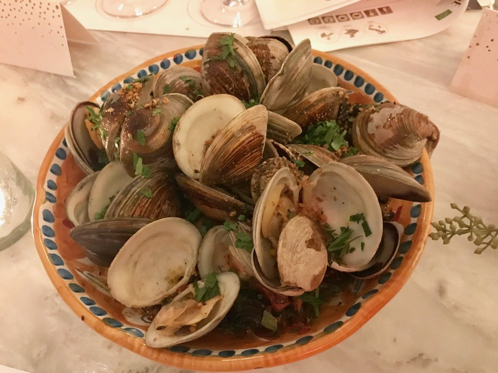 Clams served in pretty plates from the Amalfi Coast at Leuca.