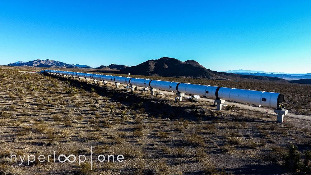 2015年六月,SpaceX发表声明将会赞助举办一个Hyperloop车舱设计比赛。比赛在2016年举行。为了这个比赛,他们会在霍桑,加利福尼亚的SpaceX总部旁边建设一个一英里长(1.6千米)的小型测试轨道。