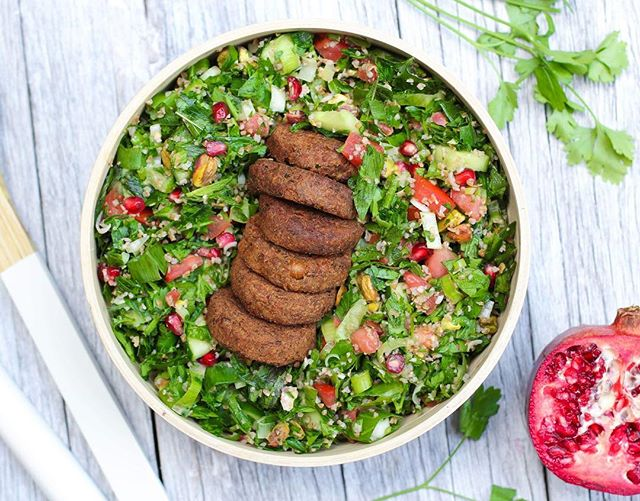 Pomegranate & Pistachio Tabouli made with @bitemefinefoods organic Falafels 😋👌🏼 Ingredients  5 @bitemefinefoods Organic Vegetarian Falafels ½ cup soaked bulgur wheat 2 tbsp lemon juice 1 ½  tbsp olive oil (plus more to cook falafels) Salt to taste 2 bunches parsley, chopped 1 bunch mint, chopped 3 ½ spring onions, thinly sliced 1 cucumber, sliced 1 large tomato, sliced 1/3 cup pomegranate seeds 1/3 cup pistachios  roughly chopped  Method  1. Soak bulgur wheat in boiling water until soft and drain. Pour lemon juice, olive oil and a pinch of salt onto bulgur and set aside. 2. Chop parsley, mint, spring onions, cucumber and tomato and mix in a medium size bowl. 3. Remove seeds from pomegranate, roughly chop pistachios and add to mixture. 4. Add in bulgur and toss salad. 5. Heat 1 tablespoon of olive oil in a saucepan on low heat. Fry falafels for 1minute on each side or until crisp. 6. Season with salt to taste. Add falafels to serve. Store in fridge. . . . . . . . . . . . #goodfood #wholefood #nourish #wholefoods #veganeats #vegan #healthyfoodshare #dairyfree #glutenfree #organic #jerf #wellness  #eatclean #eatwell #healthyeats #realfood #healthyfoodshare #eattherainbow #plantbased #healthysnack #vegansofig #foodie #cleaneats #cleaneating #glutenfree #feedfeed #sugarfree #nutrition #food52 #onmytable