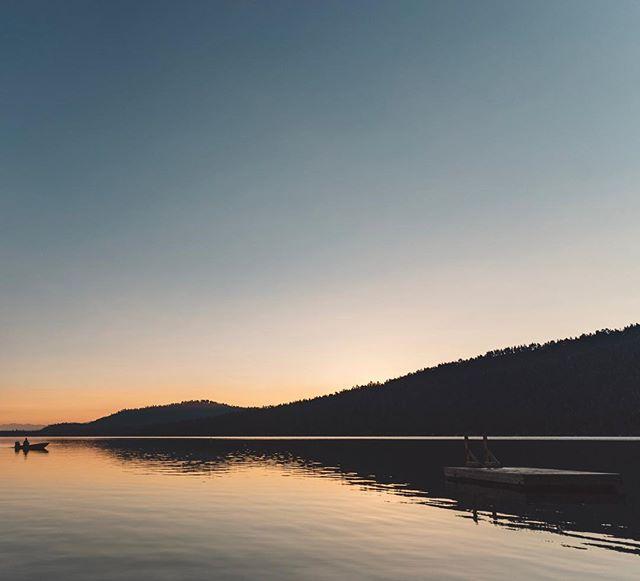 The last morning at the lake is always a bit bittersweet. Until next time. ・ ・ #stayandwander #wanderlust #neverstopexploring #picoftheday #instatravel #travelandlife #amazingearthpix #letsgosomewhere #modernoutdoors #liveauthentic #agameoftones #sunrise🌅 #sunrise_stream #landscapephotography #rei1440project #explorecalifornia #exploretahoe