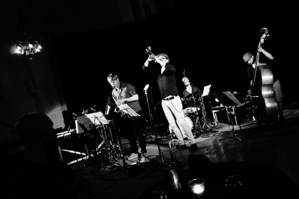 Le quintet Living Things, avec Sven Dam Meinild (saxophones et clarinettes), Tomas Dabrowski (trompettes), Paul Wacrenier (piano, vibraphone), Casper Nyvan Brask (contrebasse), Rune Lohse (batterie)