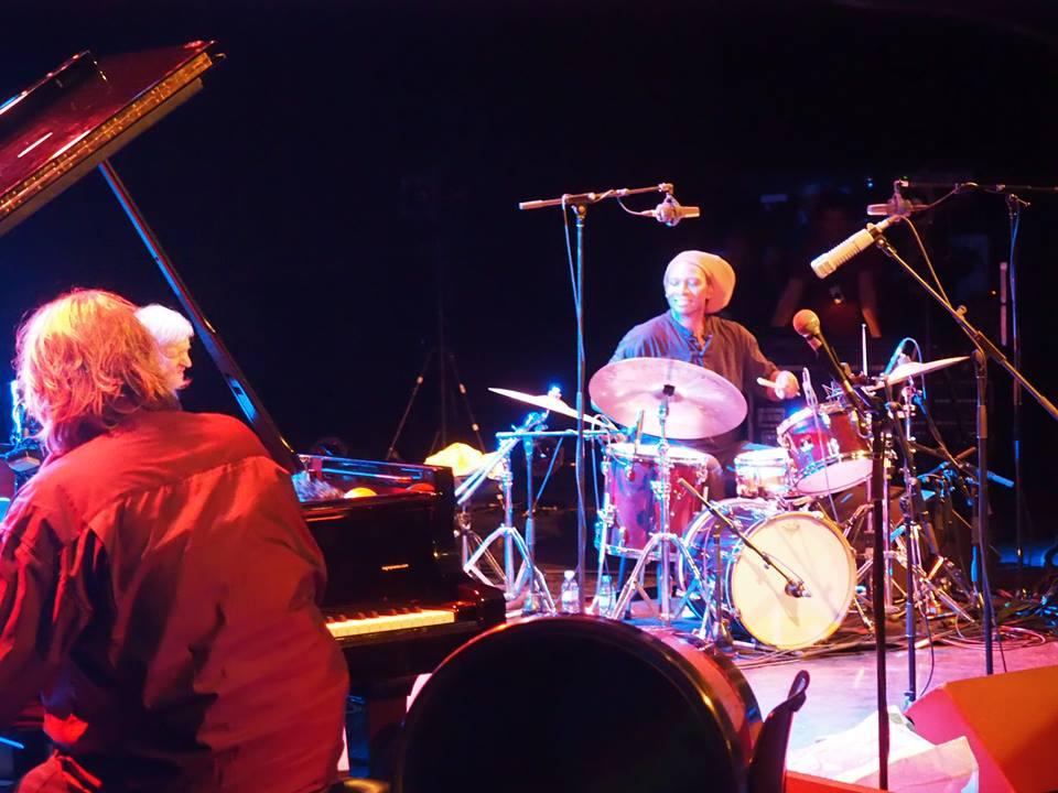 """Hamid Drake, un batteur qui """"a la musique dans le rythme"""", comme le dit joliment Bernard Lubat - ici au premier plan."""