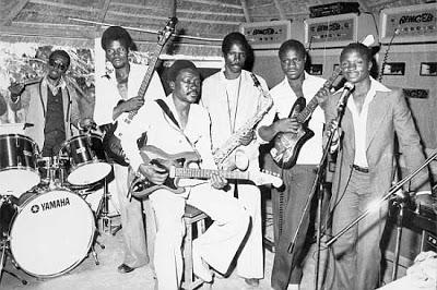 Vue sur l'Orchestre Rail Band du buffet de l'hôtel de la gare de Bamako, en 1973.