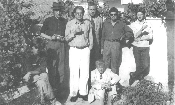 Du beau monde dans le jardin de l'hôtel Villa Muniria de Tanger en 1961, avec de gauche à droite : Peter Orlovsky, William Burroughs, Allen Ginsberg, Alan Ansen, Gregory Corso, Ian Summerville et assis au milieu et boudant, Paul Bowles.